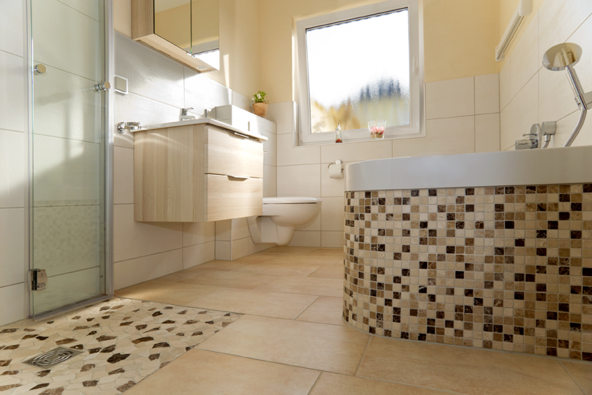 Ebenerdige Dusche mit Mosaik-Highlights auf dem Duschboden und der Badewanne