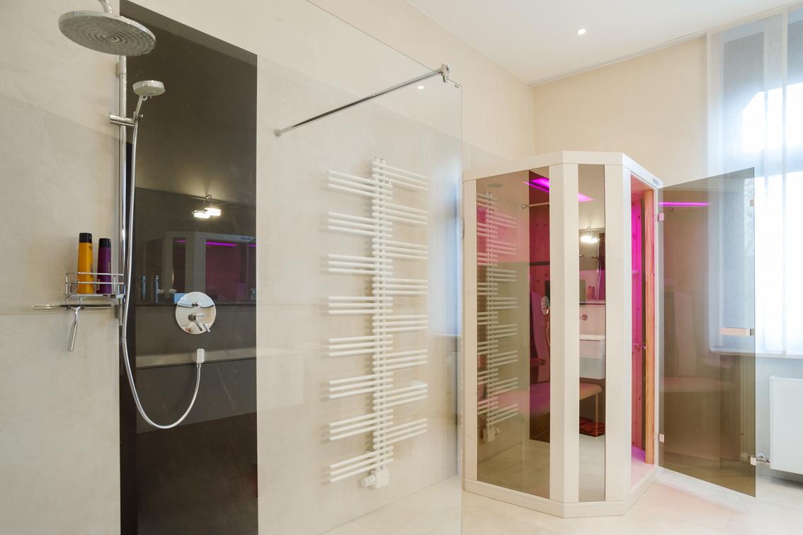 Sehr modern und offen eingerichtetes Bad