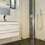 Barrierefreies Badezimmer mit ebenerdiger Dusche