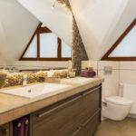 Badezimmer mit Naturstein an der Wand